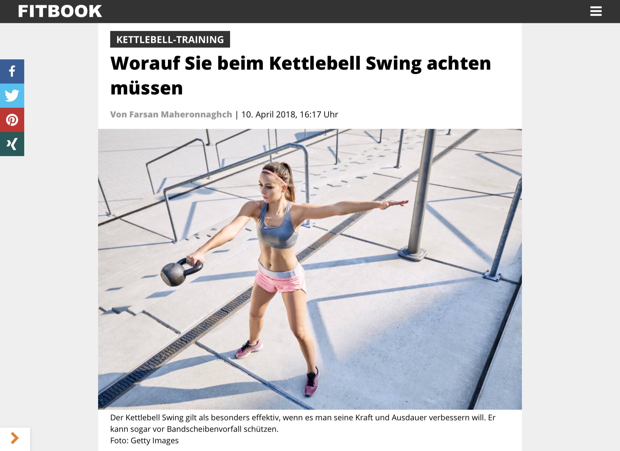 Frau schwingt Kettlebell